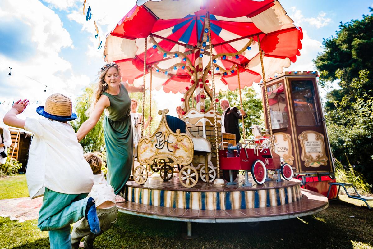 Kinderkarussell auf Hochzeit mit Hochzeitsfotograf Duesseldorf