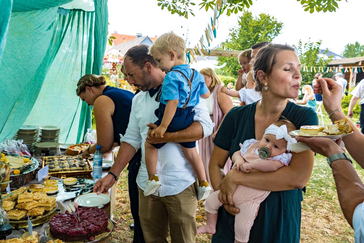 Kuchenbuffett mit Kindern bei Hochzeit im eigenen Garten mit Hochzeitsfotograf Solingen
