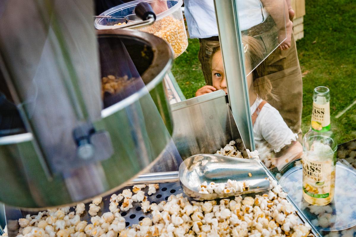 Maedchen mit Popcornmaschine bei DIY Hochzeit mit Hochzeitsfotograf Duesseldorf