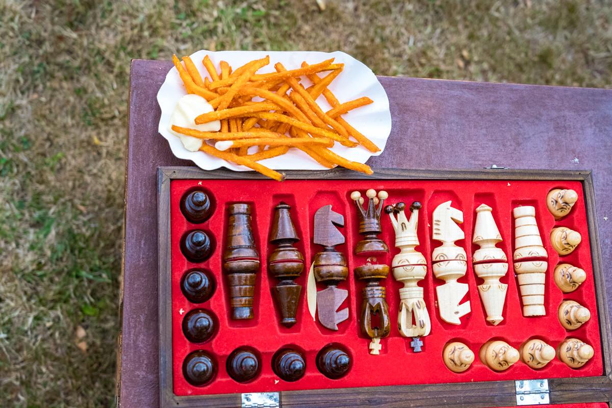 Pommes frites und Schach bei Hochzeit im eigenen Garten mit Hochzeitsfotograf Duesseldorf