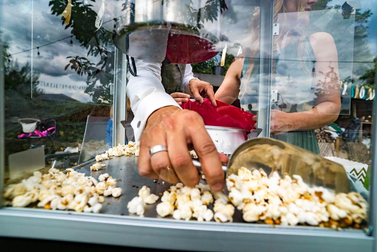 Popcornmaschine fuer DIY Hochzeit Solingen mit Hochzeitsfotograf Duesseldorf