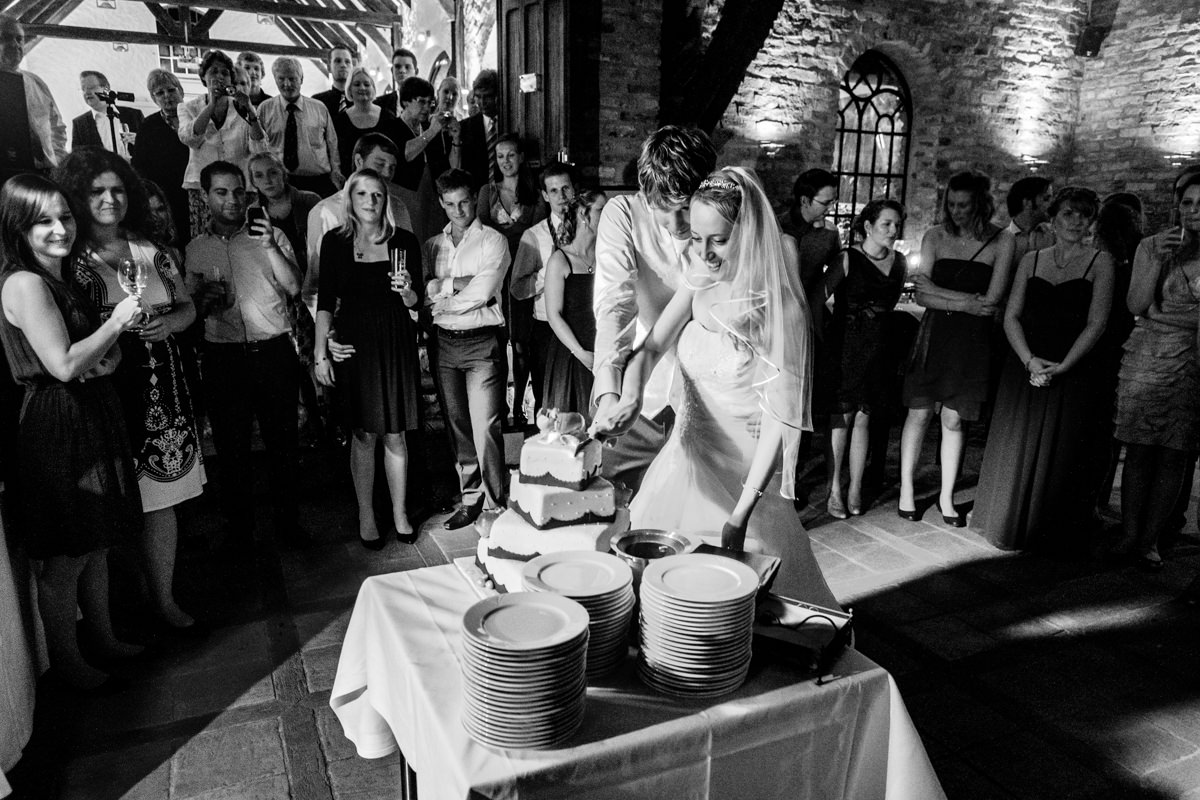 Anschnitt Hochzeitstorte bei Hochzeit auf Schloss Gruenwald Solingen mit Hochzeitsfotograf Solingen
