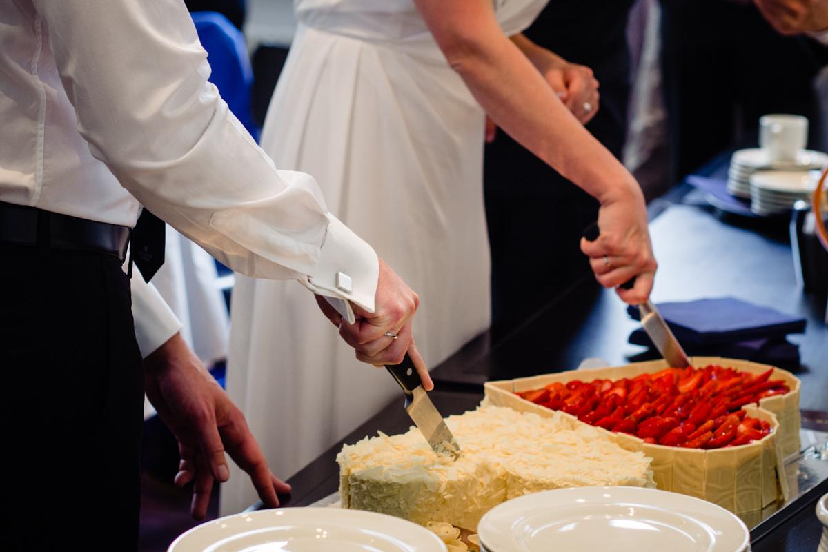 Anschnitt Hochzeitstorte bei Hochzeitsfeier im Alten Bahnhof Steinhaus Solingen mit Hochzeitsfotograf Solingen