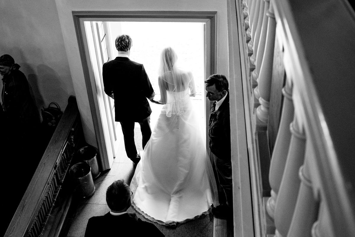 Auszug Brautpaar bei evangelischer Trauung Solingen mit Hochzeitsfotograf Solingen