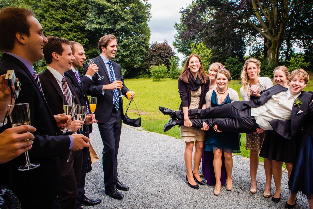 Braeutigam bei Hochzeitsfeier Schloss Gruenewald mit Hochzeitsfotograf Solingen
