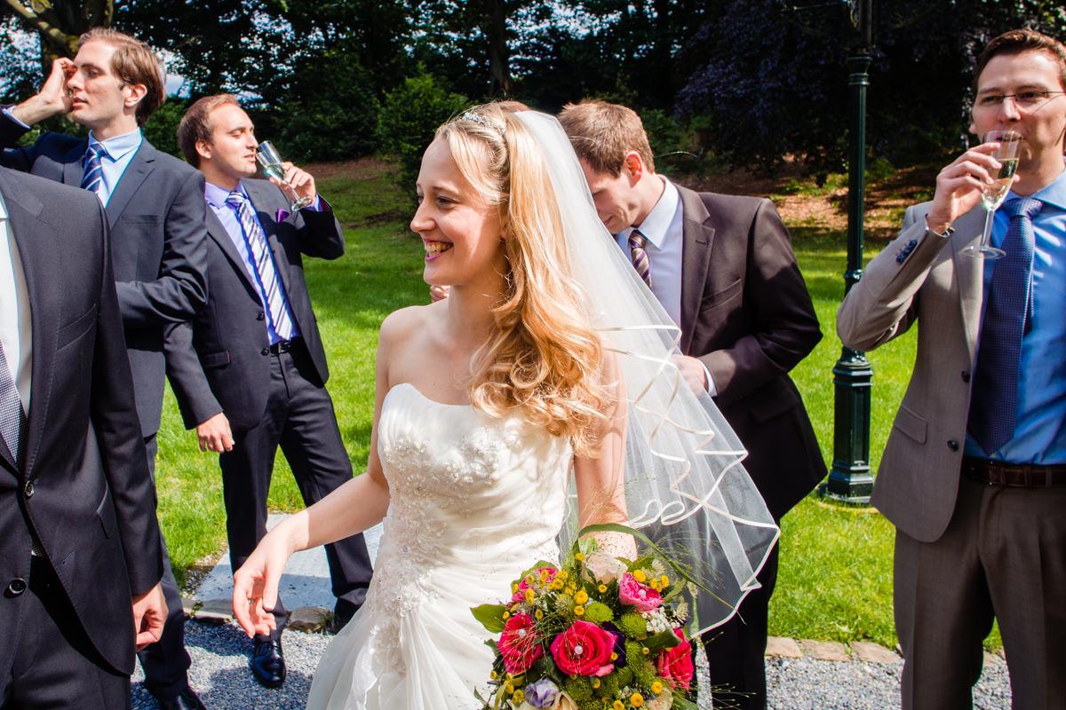 Braut bei Hochzeitsfeier Schloss Gruenewald mit Hochzeitsfotograf Solingen