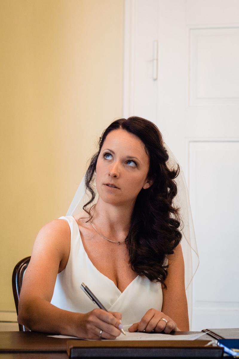 Braut bei Trauung im Standesamt Solingen Haus Kirschheide mit Hochzeitsfotograf Solingen
