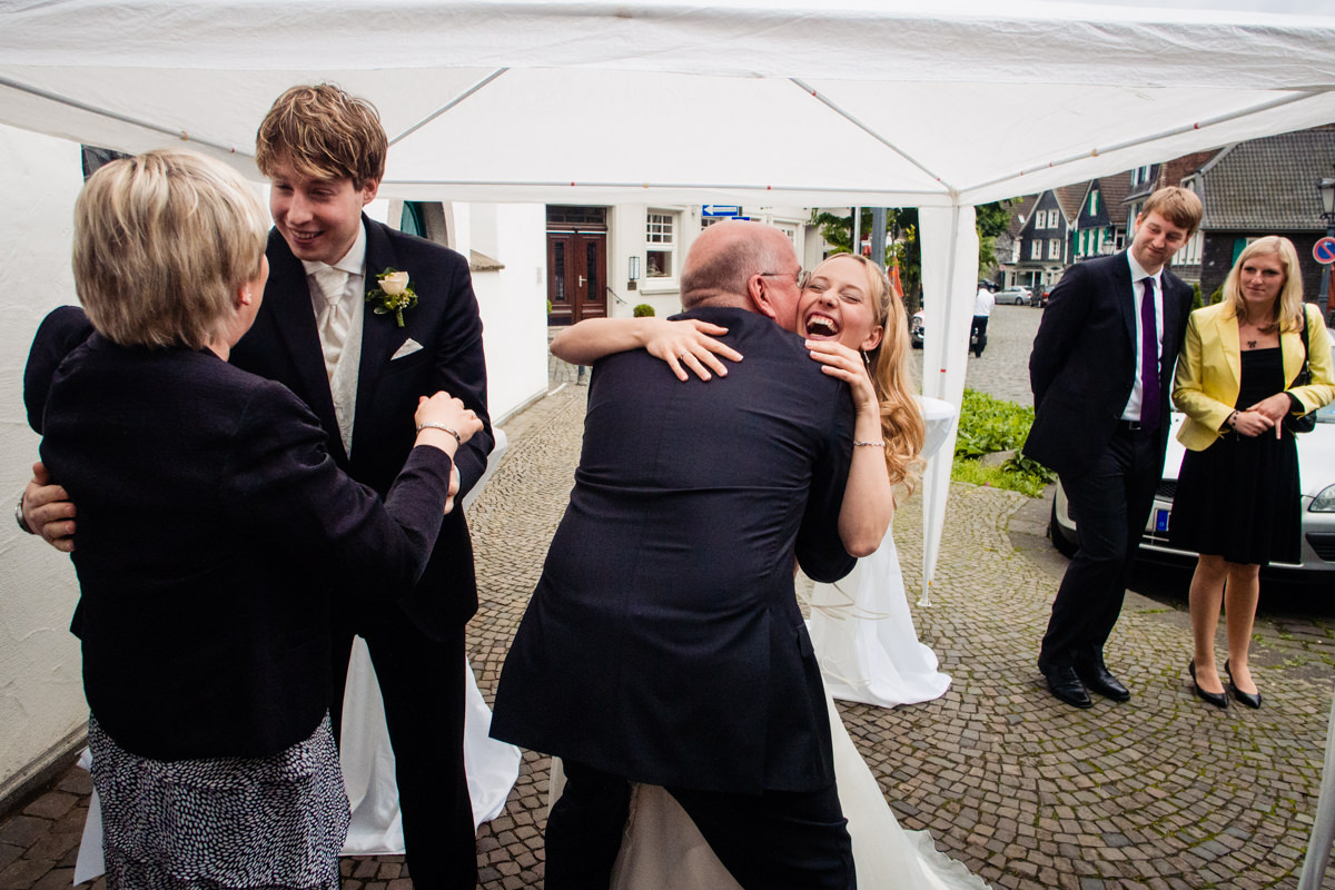 Gratulation Hochzeitsgaeste bei kirchlicherTrauung Solingen mit Hochzeitsfotograf Solingen-2