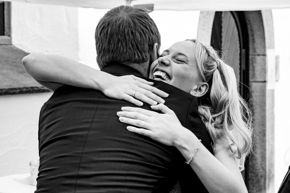 Gratulation Hochzeitsgaeste bei kirchlicherTrauung Solingen mit Hochzeitsfotograf Solingen