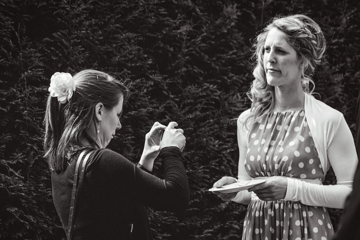 Hochzeitsgaeste bei Hochzeitsfeier Schloss Gruenewald mit Hochzeitsfotograf Solingen-3