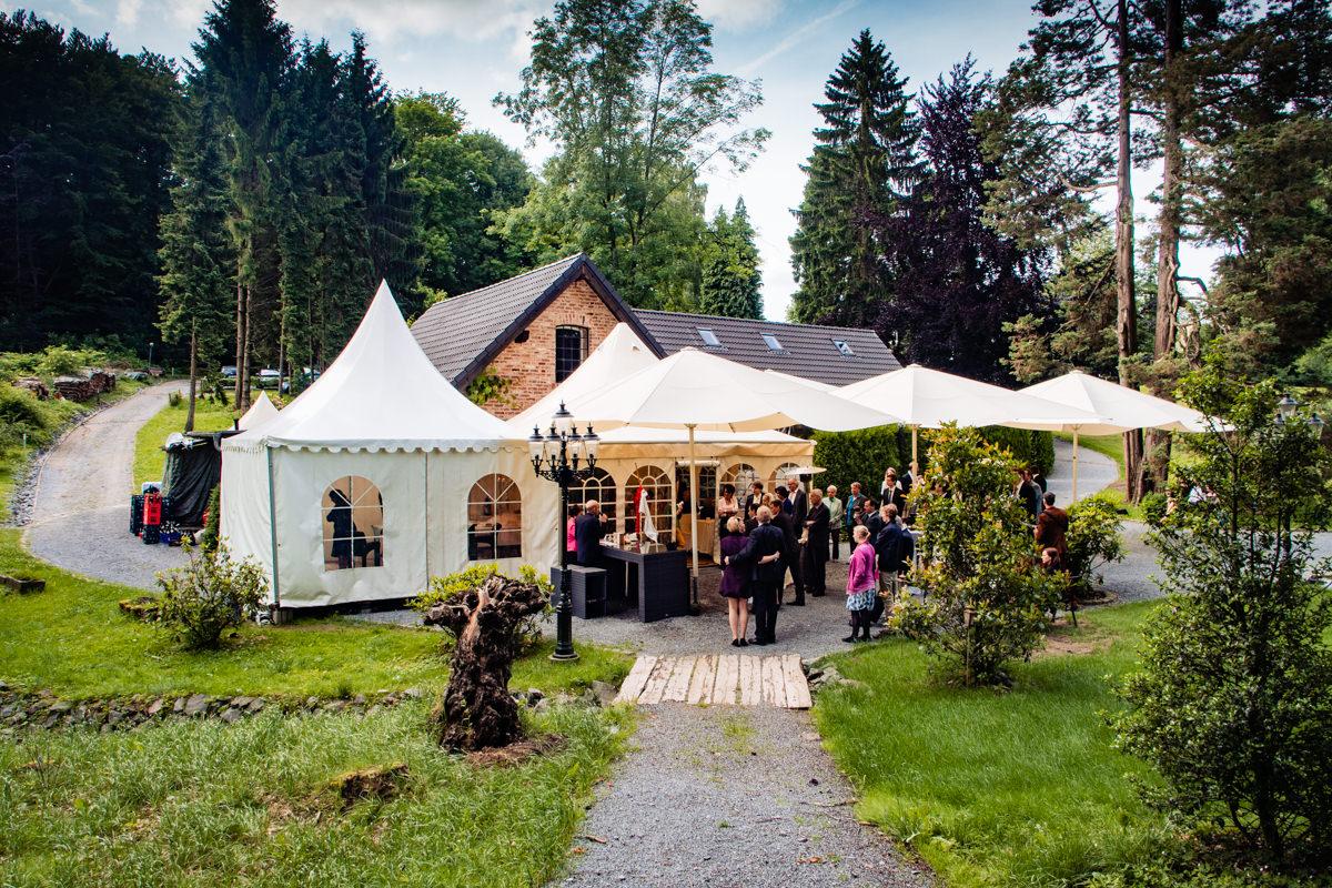 Hochzeitsgaeste bei Hochzeitsfeier Schloss Gruenewald mit Hochzeitsfotograf Solingen-4