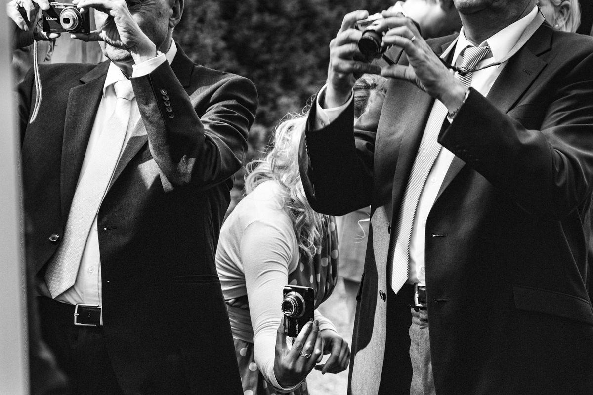 Hochzeitsgaeste bei Hochzeitsfeier Schloss Gruenewald mit Hochzeitsfotograf Solingen-5