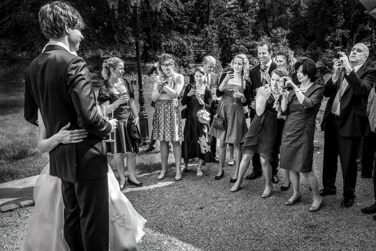 Hochzeitsgaeste bei Hochzeitsfeier Schloss Gruenewald mit Hochzeitsfotograf Solingen