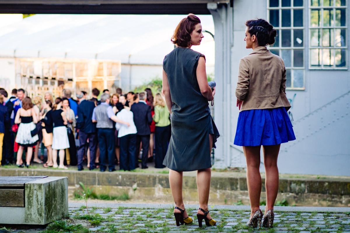 Hochzeitsgaeste im Alten Bahnhof Steinhaus Solingen mit Hochzeitsfotograf Solingen-2