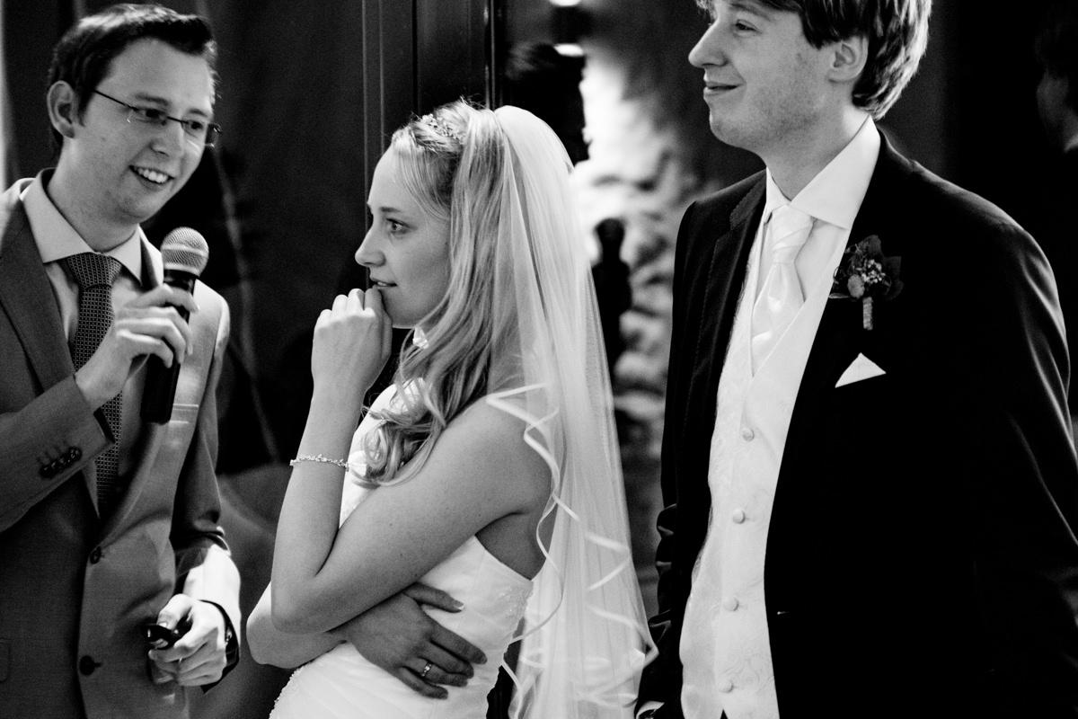 Hochzeitsspiele mit Brautpaar bei Hochzeitsfeier Schloss Gruenwald mit Hochzeitsfotograf Solingen