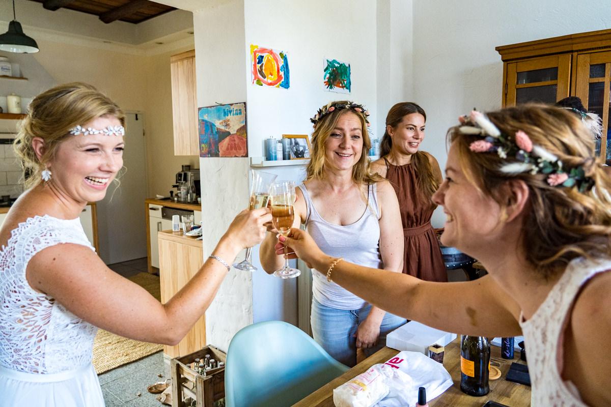 Hochzeitsvorbereitung mit Schwestern fuer Vintagehochzeit mit Hochzeitsfotograf Solingen