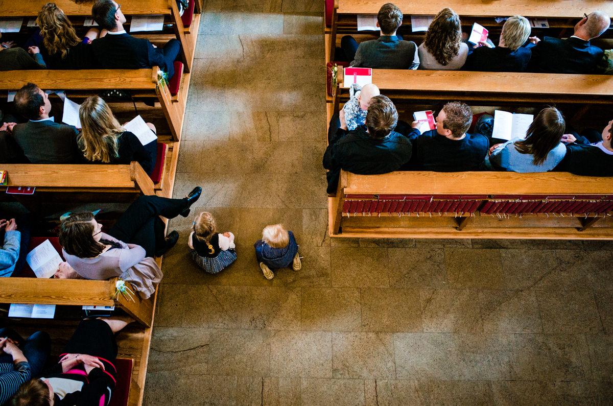 Kinder bei Hochzeit in Kirche solingen Graefrath mit Hochzeitsfotografin Solingen