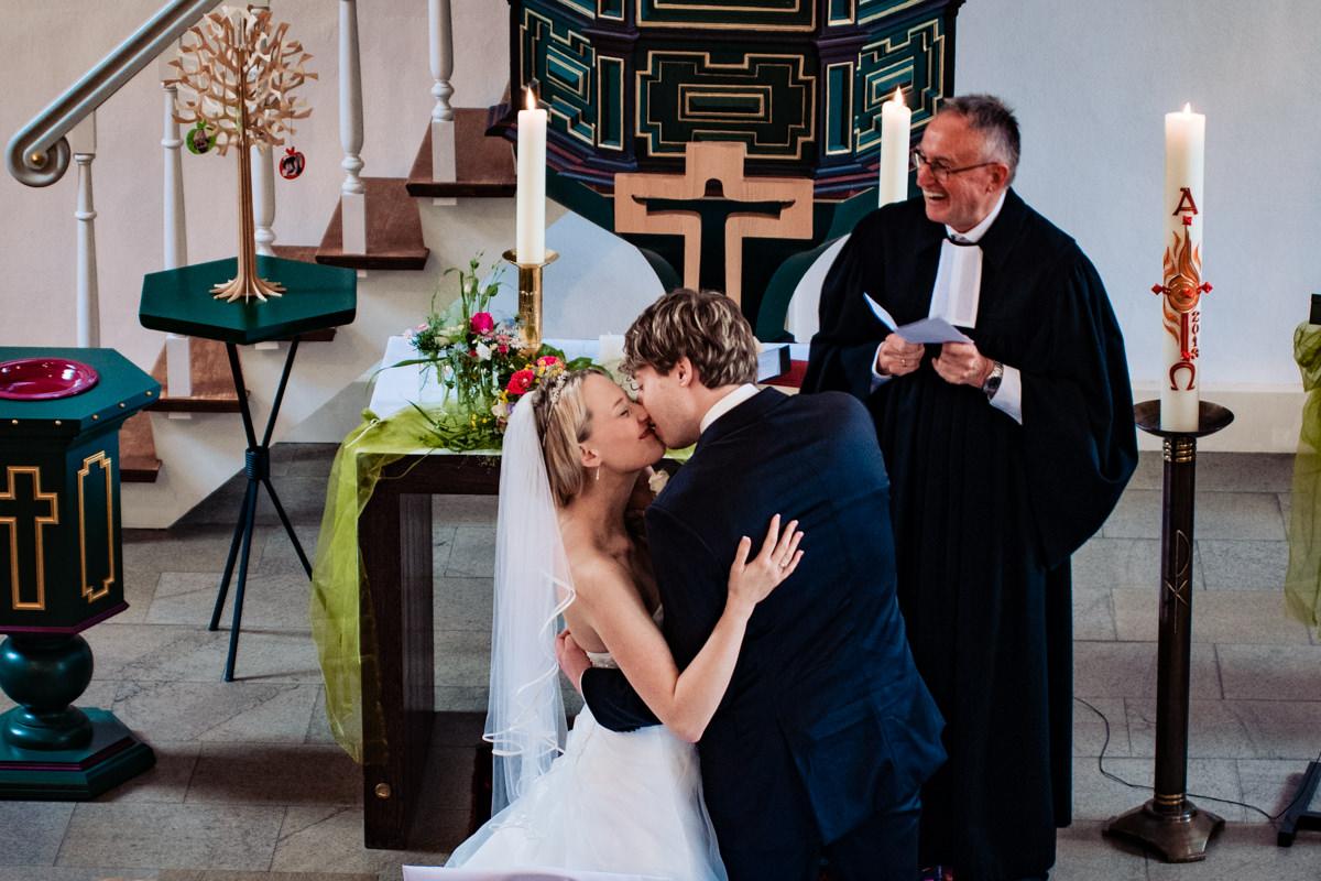 Kuss Brautpaar bei Hochzeit Solingen-2