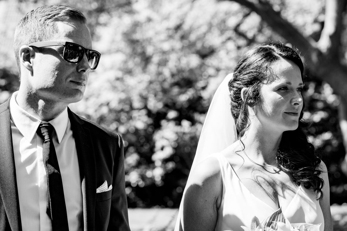 Standesamtlich heiraten in Solingen Brautpaarwartet vor Haus Kirschheide mit Hochzeitsfotograf Solingen