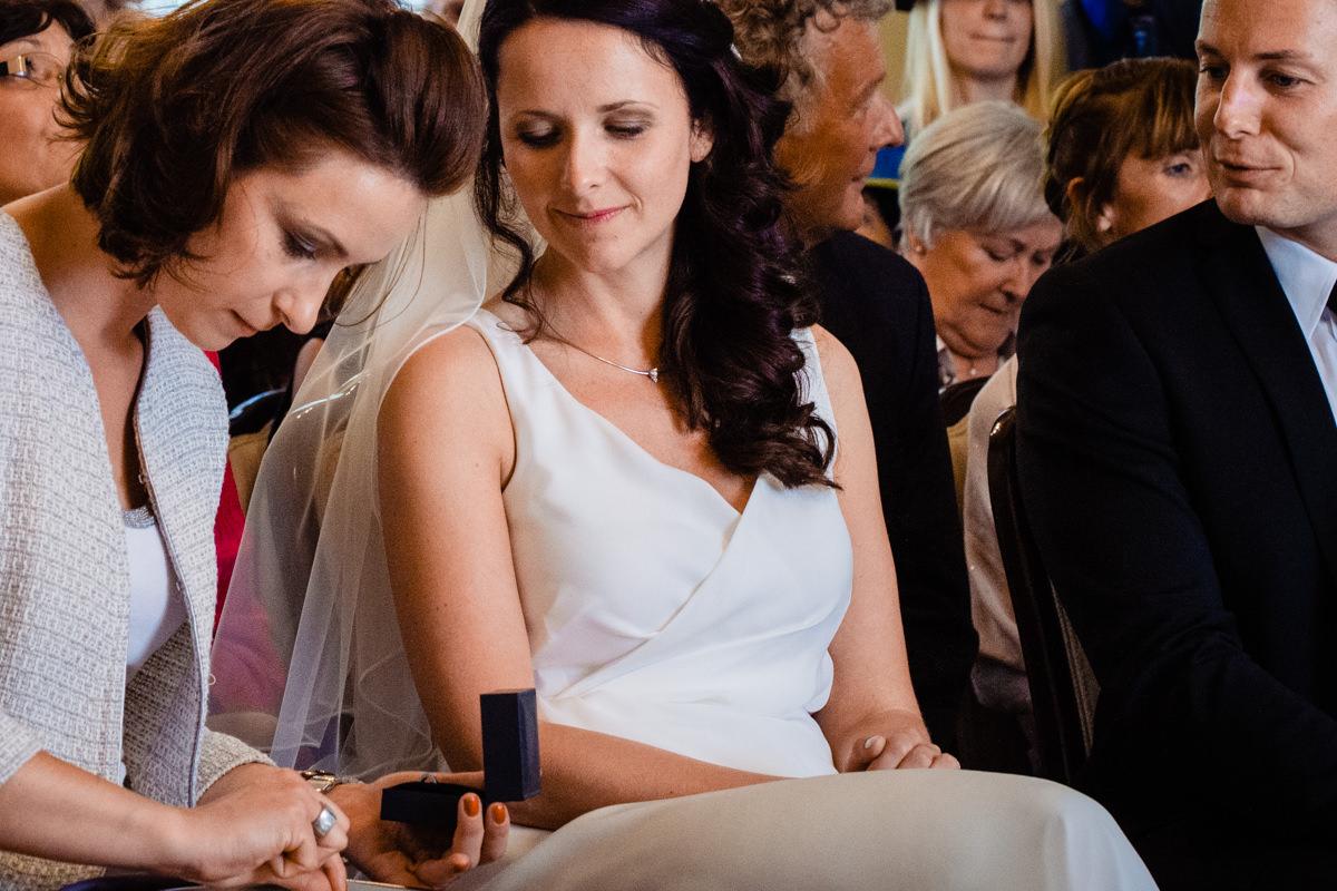Trauzeugin mit ring bei Hochzeit Standesamt Solingen Haus Kirschheide