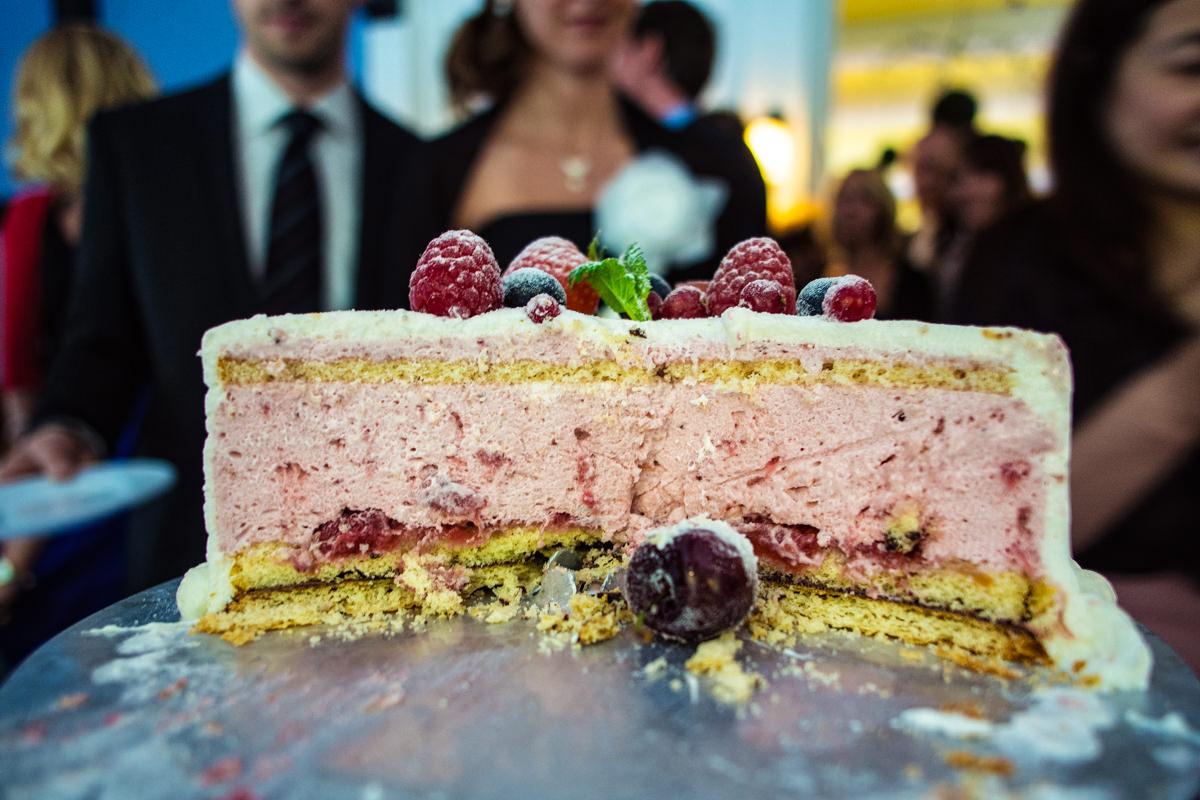 Anschnitt Hochzeitstorte bei Hochzeit in Restaurant Ruedenstein Solingen-2