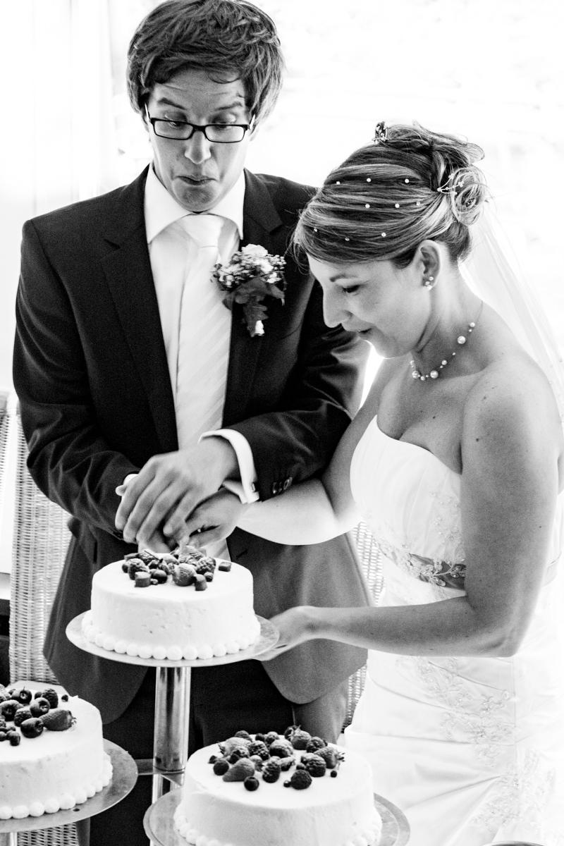 Anschnitt Hochzeitstorte bei Hochzeit in Restaurant Ruedenstein Solingen
