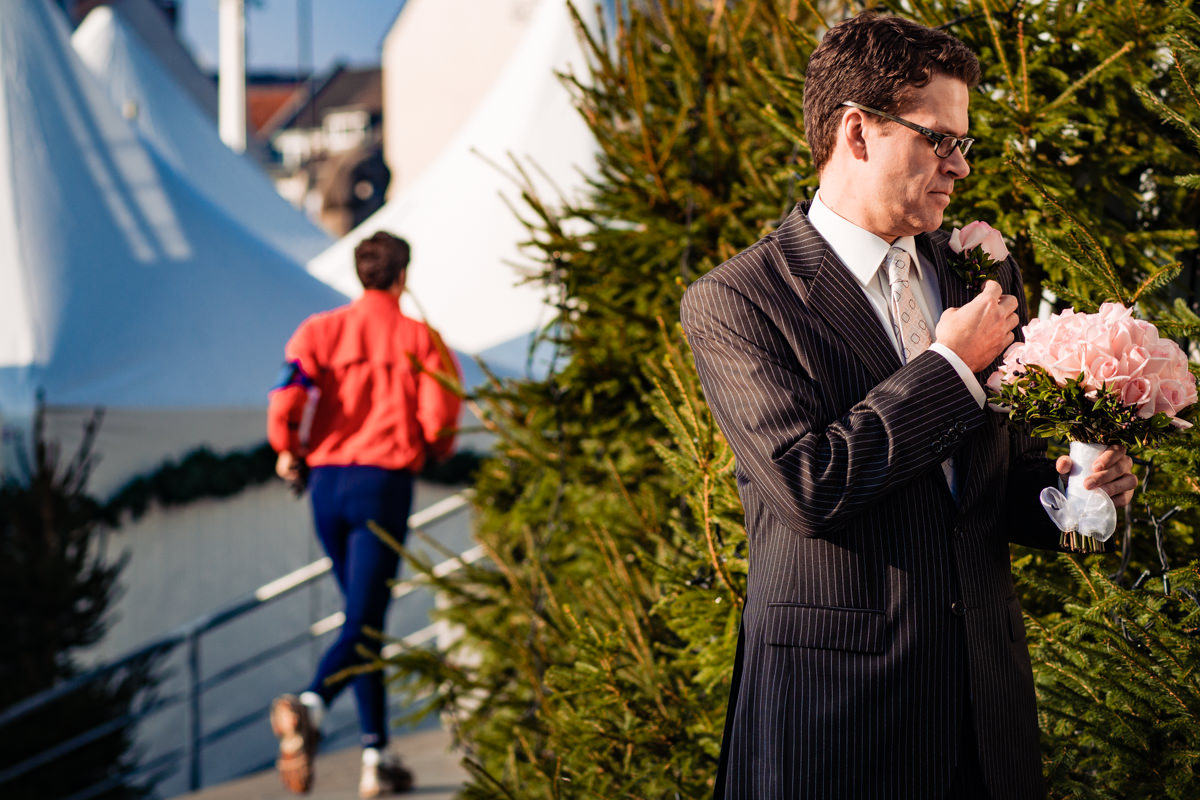 Braeutigam vor First Look vor Schokoladenmuseum Koeln mit Hochzeitsfotograf Koeln