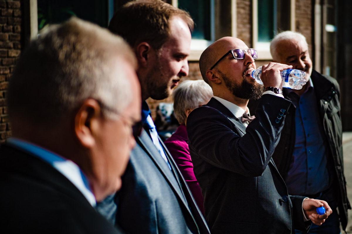 Bräutigam vor Standesamt Köln mit Hochzeitsfotograf Köln