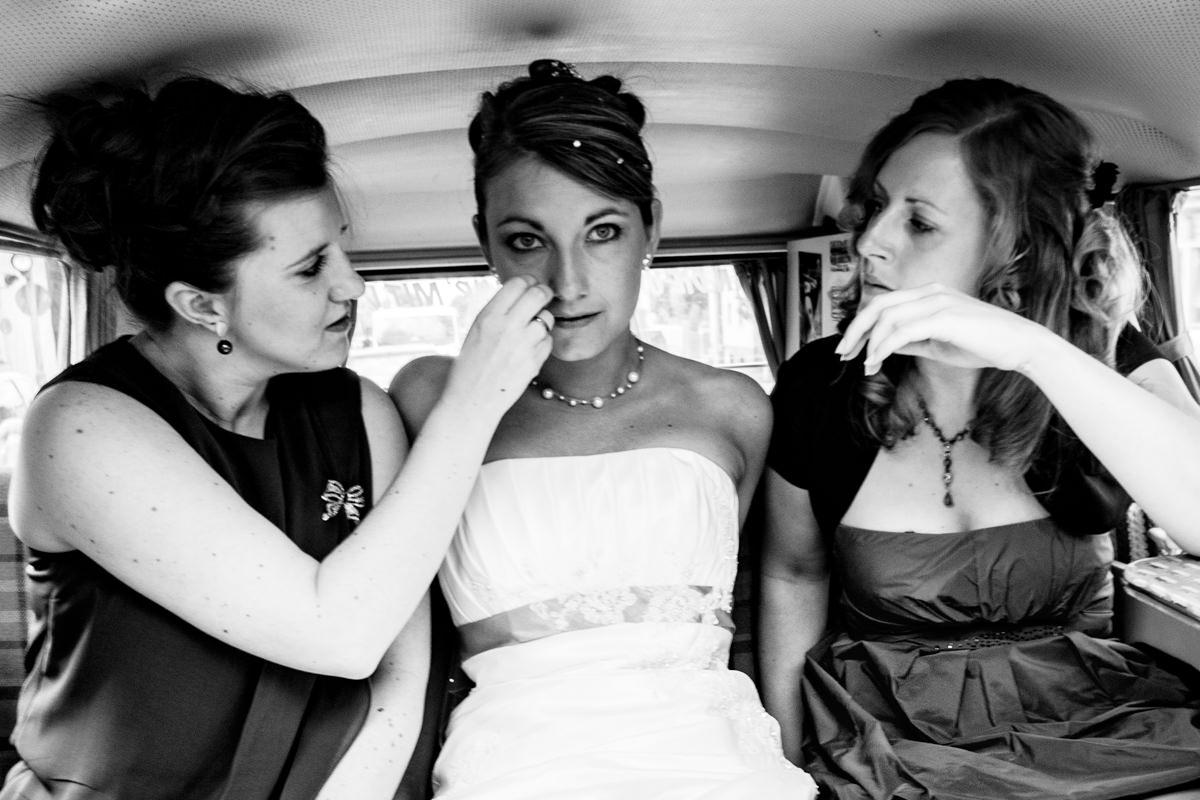 Braut im VW Bus als Hochzeitsauto mit Hochzeitsfotograf Solingen-2
