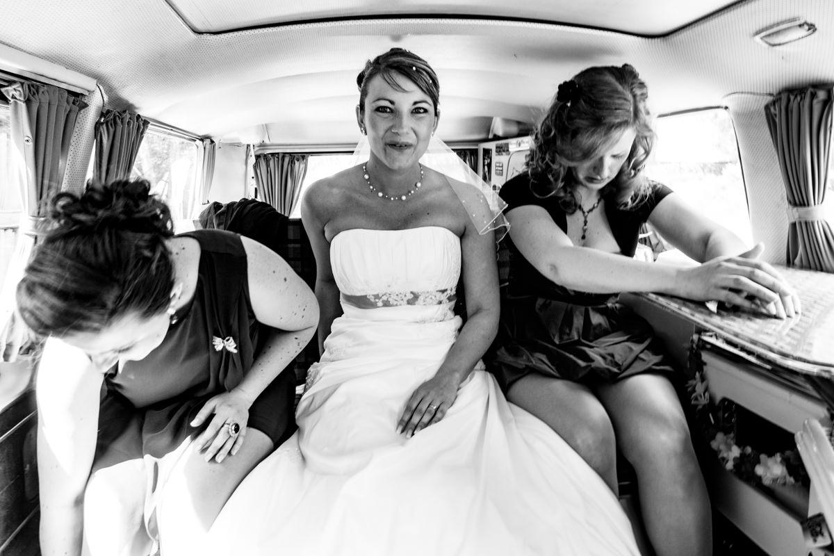 Braut im VW Bus als Hochzeitsauto mit Hochzeitsfotograf Solingen