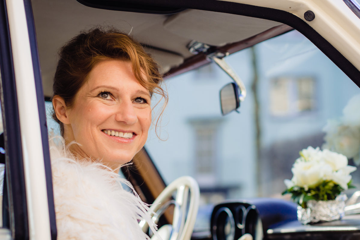 Braut mit Hochzeitsauto Koeln mit Hochzeitsfotograf Koeln