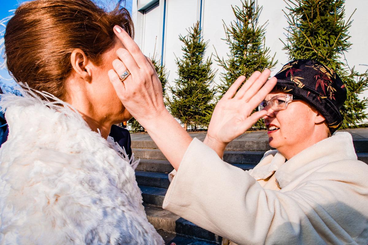 Braut mit Trauzeugin vor First Look vor Schokoladenmuseum Koeln mit Hochzeitsfotograf Koeln