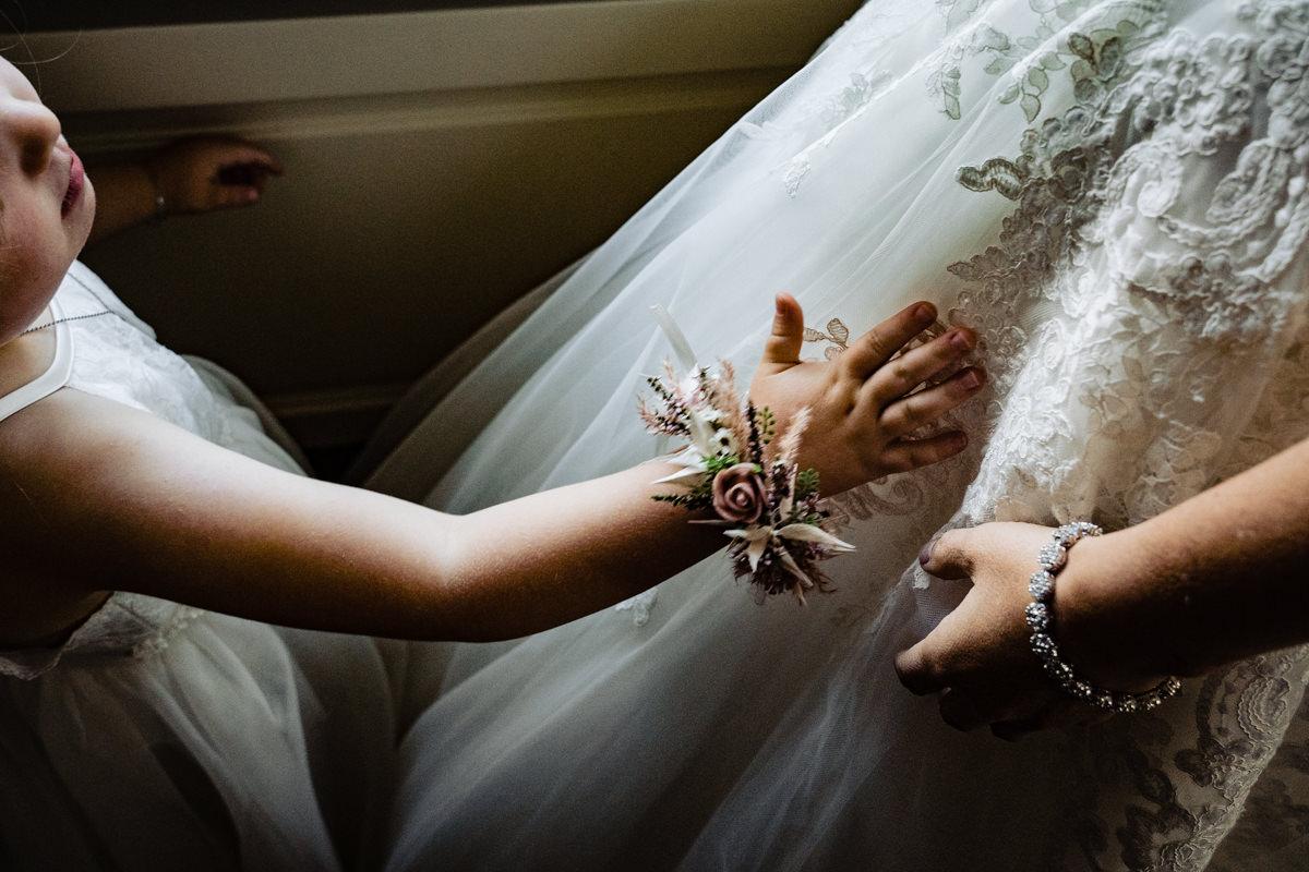 Brautkleid Bonn mit Blumenmaedchen fuer heiraten in REdoute