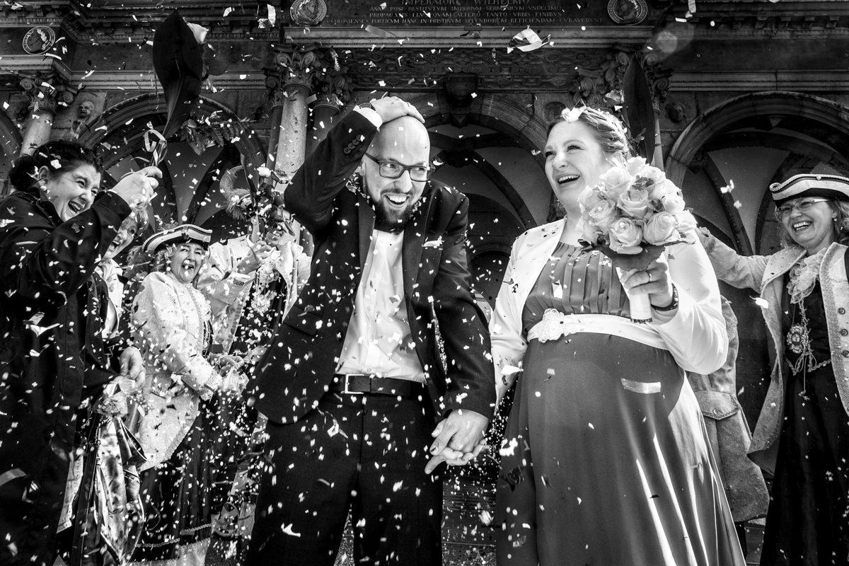 Brautpaar bei Hochzeit im Standesamt Rathaus Köln mit Hochzeitsfotograf Köln