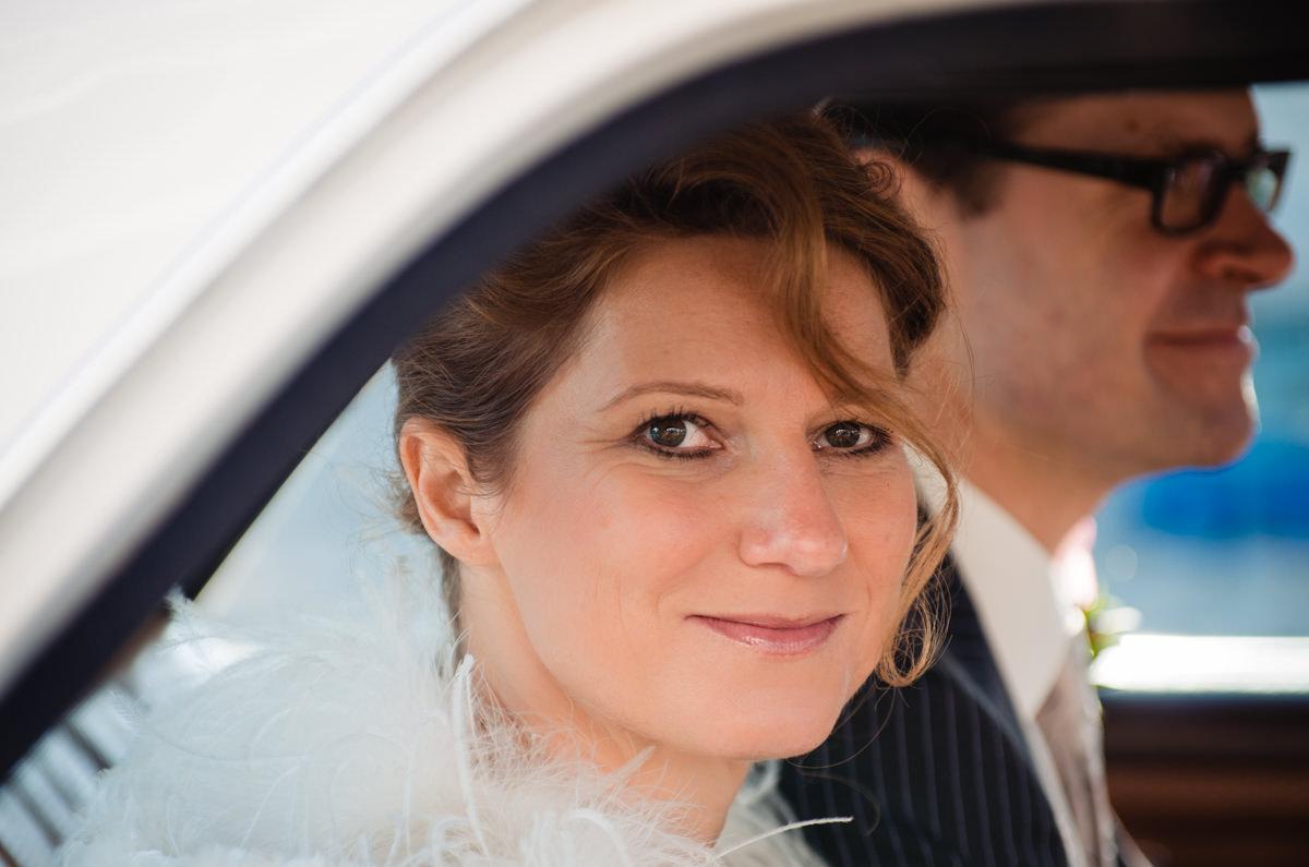 Brautpaar in Hochzeitsauto Koeln mit Hochzeitsfotograf Koeln