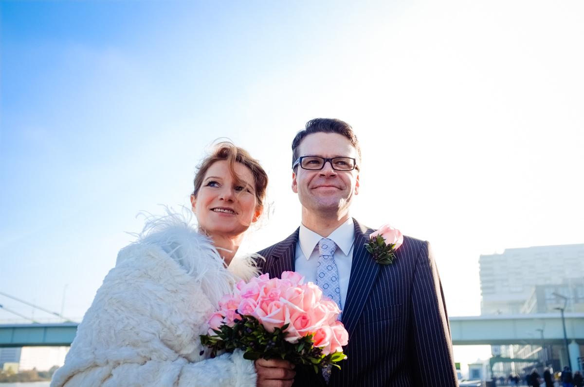 Brautpaarfotos Koeln bei Winterhochzeit Koeln vor Schokoladenmuseum mit Hochzeitsfotograf Koeln-2