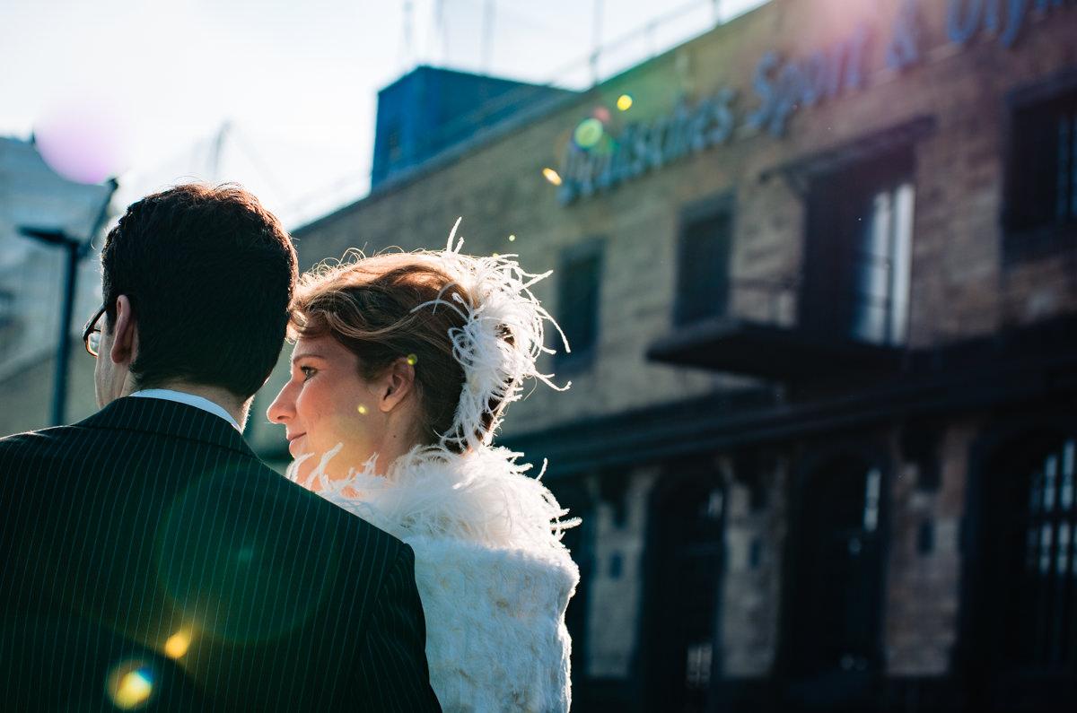 Brautpaarfotos Koeln bei Winterhochzeit Koeln vor Schokoladenmuseum mit Hochzeitsfotograf Koeln-3