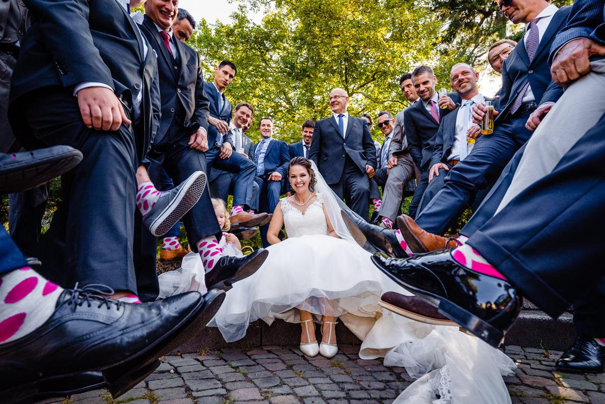 Bunte Socken fuer Hochzeitsgaeste bei Hochzeit in Redoute Bonn mit Hochzeitsfotograf Bonn