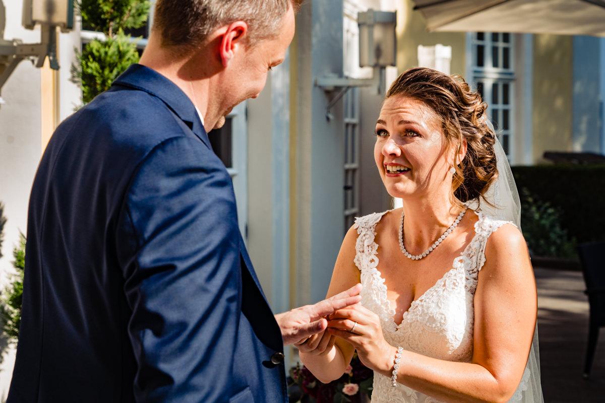 Emotionale sommerhochzeit in Hochzeitslocation Bonn mit Hochzeitsfotograf Bonn-5