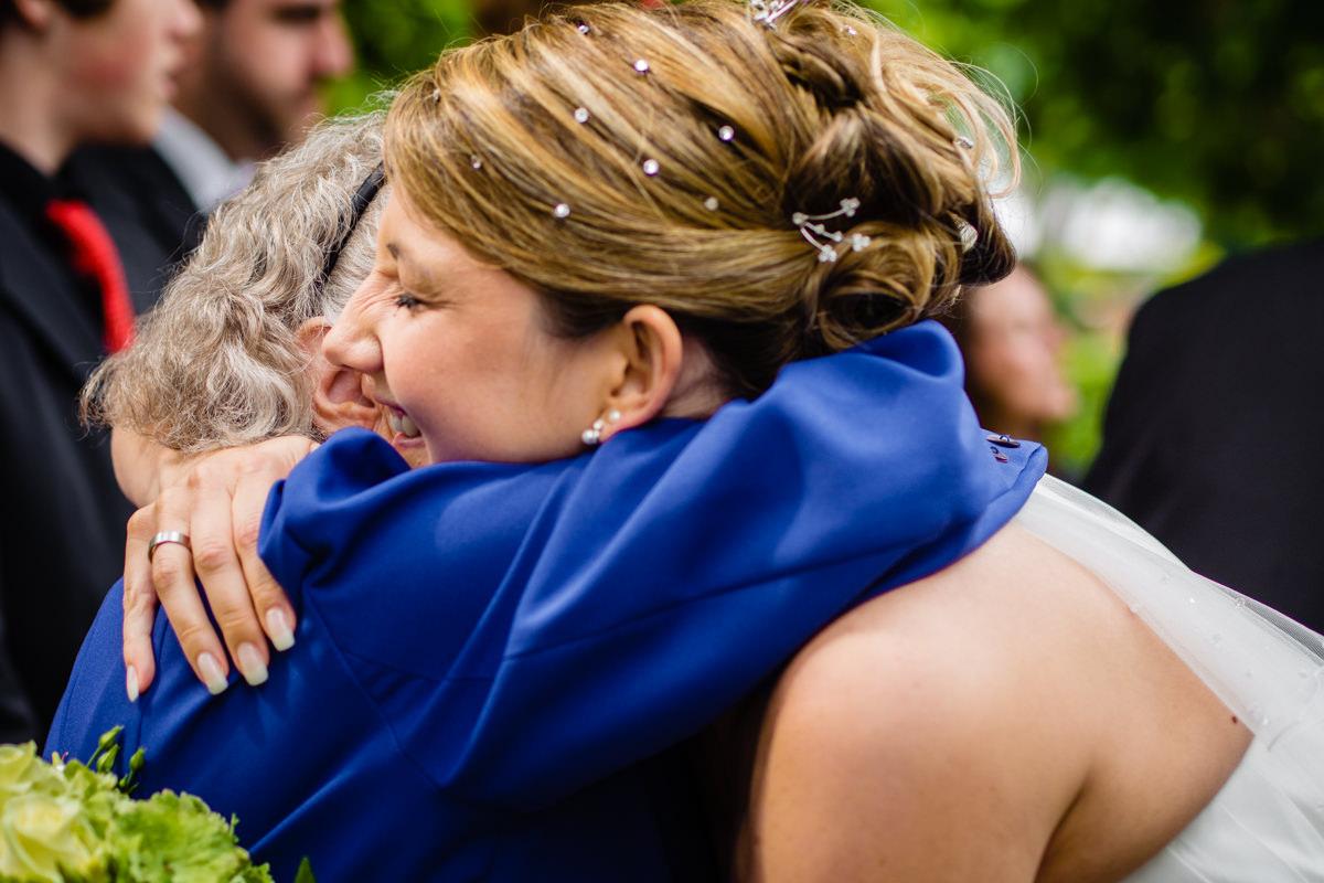 Gratulanten nach Hochzeit in evangelischer Kirche Solingen Widdert mit Hochzeitsfotograf Solingen-2