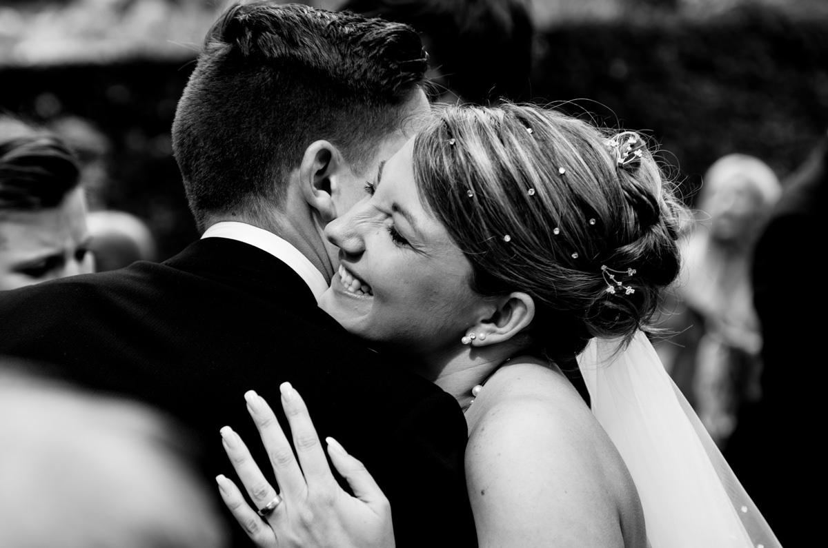 Gratulanten nach Hochzeit in evangelischer Kirche Solingen Widdert mit Hochzeitsfotograf Solingen-3