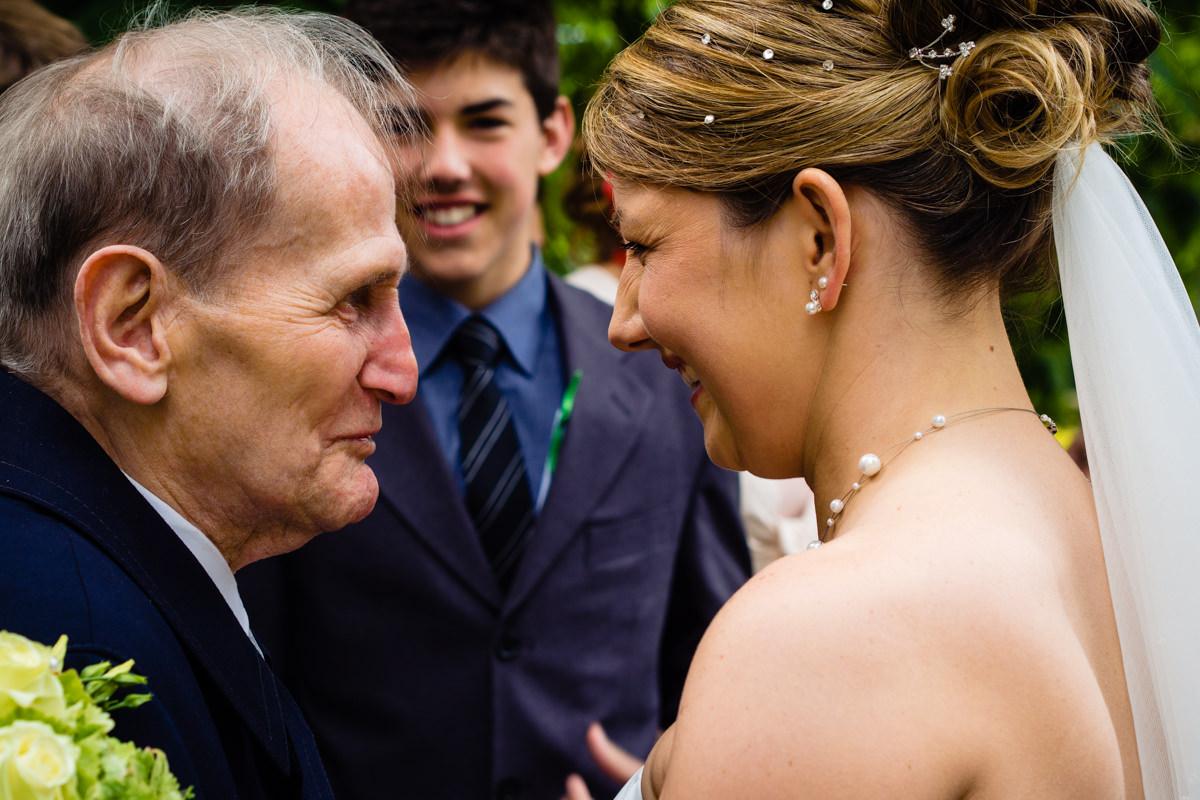 Gratulanten nach Hochzeit in evangelischer Kirche Solingen Widdert mit Hochzeitsfotograf Solingen