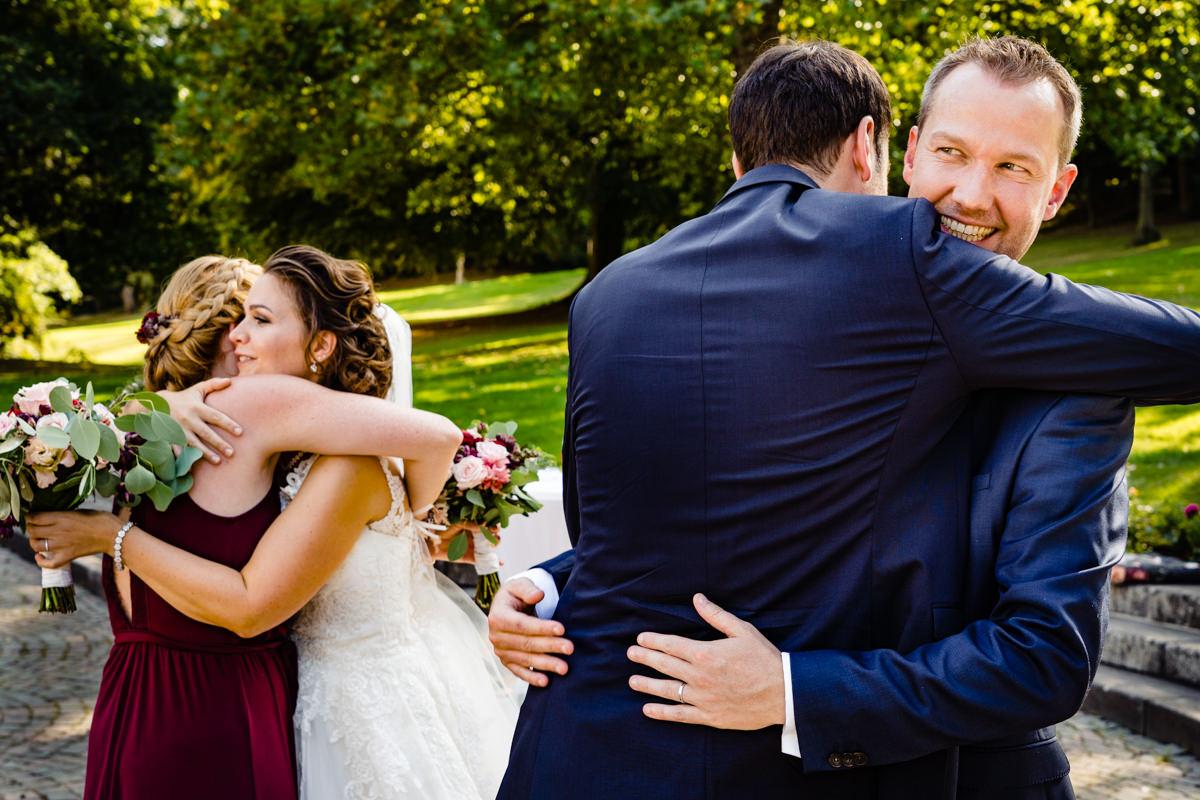 Gratulation Hochzeitspaar nach Trauung Bonn mit Hochzeitsfotograf Bonn