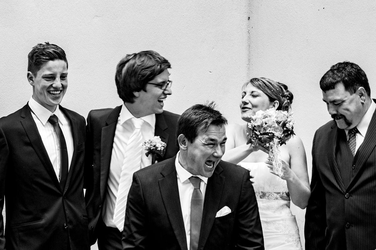 Gruppenfoto bei Hochzeit in evangelischer Kirche Solingen Widdert mit Hochzeitsfotograf Solingen