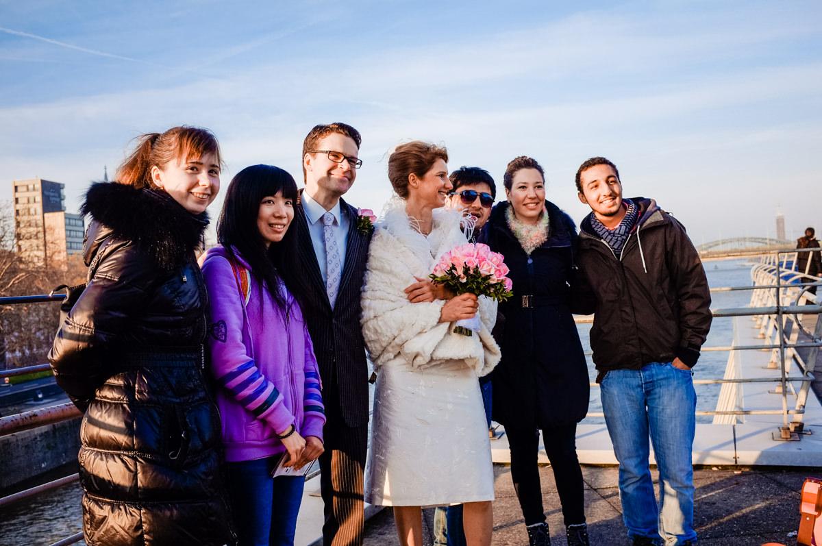 Hochzeitsfotos Koeln mit Touristengruppe und Hochzeitsfotograf Koeln