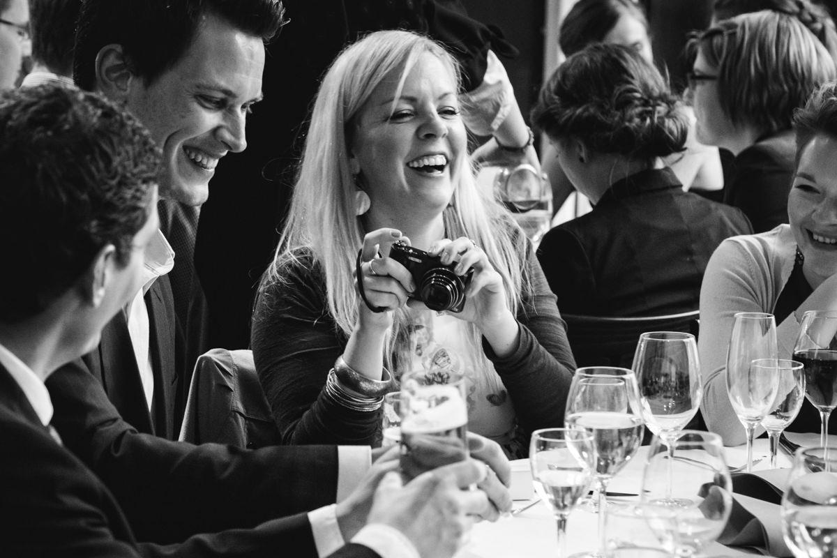 Hochzeitsgaeste bei Hochzeit in Restaurant Ruedenstein Solingen-6