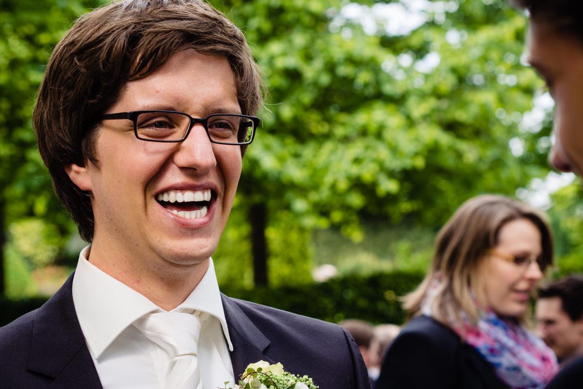 Hochzeitsgaeste bei Hochzeit in evangelischer Kirche Solingen Widdert mit Hochzeitsfotograf Solingen-3