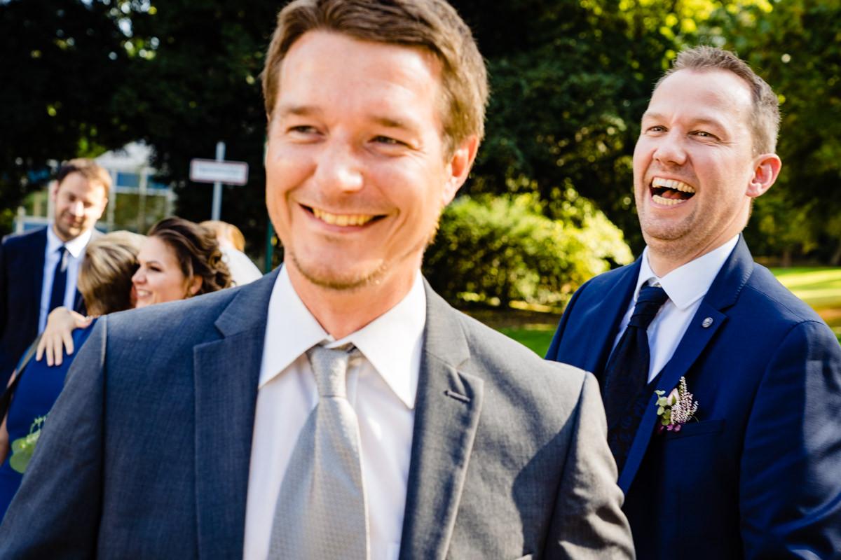 Hochzeitsgaeste bei freier Trauung Bonn in Hochzeitslocation Redoute mit Hochzeitsfotograf Bonn-2