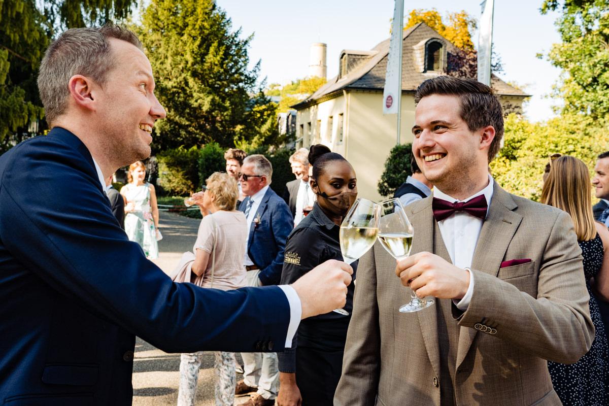 Hochzeitsgaeste bei freier Trauung Bonn in Hochzeitslocation Redoute mit Hochzeitsfotograf Bonn-4