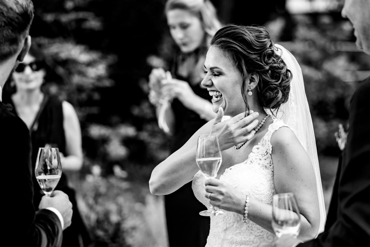 Hochzeitsgaeste bei freier Trauung Bonn in Hochzeitslocation Redoute mit Hochzeitsfotograf Bonn-5
